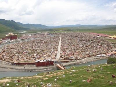四川省のチベット 標高4000mの天空都市 亜青寺佛学院