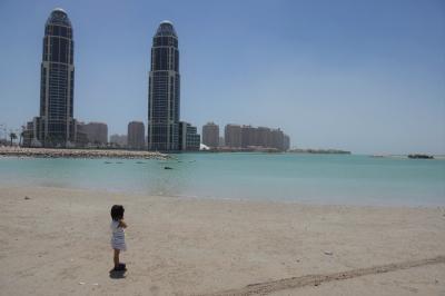地球タビカゾク 親子4人で世界一退屈な街と言われるカタール、ドーハに行く。娘は初砂漠体験!
