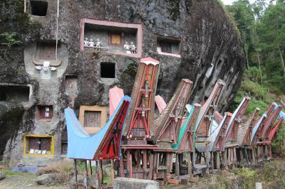 スラウェシ島 タナ・トラジャの旅(5)~ボリの葬祭広場、岩窟墓ロコ・マタ~