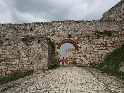 4連休でアルバニア&ドイツひとり旅1 石畳と坂と千の窓の町ベラト