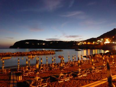 夏の優雅な南イタリア周遊旅行♪ Vol414(第21日) ☆Isola d'Ischia/S.Angelo:夜のサンタンジェロ♪夜景のビーチを眺めて♪