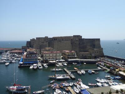 夏の優雅な南イタリア周遊旅行♪ Vol421(第22日) ☆Napoli:「Grand Hotel Santa Lucia」のジュニアスイートルームからゆったりと夏の卵城を眺めて♪
