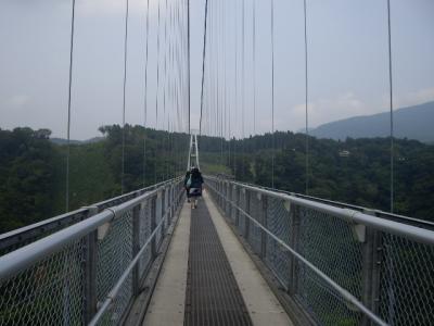 九重夢つり大橋で滝と渓谷を眺め、揺られながら歩く。