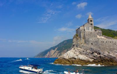 ポルトヴェーネレの夏の日に〈真夏の地中海リゾートは笑顔も太陽もいっぱい〉