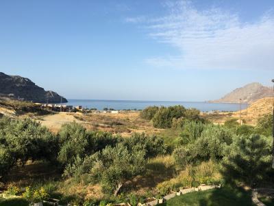 クレタ島プラキアスのアパートメントとビーチ。