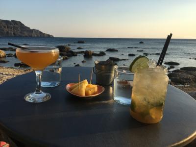 クレタ島プラキアスのレストランとバー。