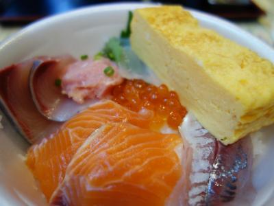 青森のランチは「のっけ丼」です。好きなトッピングが選べる海鮮丼です。