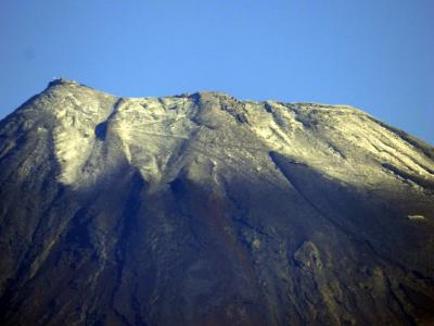 01.初冠雪した富士山 平成28年10月26日 観測開始後最も遅かった昭和31年に並び、もっとも遅い初冠雪