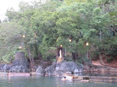 フィリピンの秘境で釣り三昧 二日目_ブスアンガ島にタイムスリップでいい湯だな