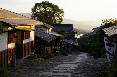 中山道・馬籠宿。秋の夕暮れ、夕日に染まった宿場町の情緒あふれる情景。