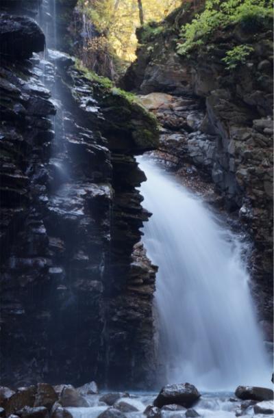 オススメできない栃木の秘境 紅葉と青い川そして魅惑の滝を楽しむ。