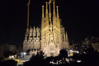 ちょい住みバルセロナ(1)、暮らすように滞在するカタルーニャの休日。ライトアップされたサグラダファミリア教会を眺めるホテルの部屋で乾杯!