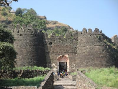 南西インドの旅 (2)                   アウランカバード郊外、ダウラターバードの丘上要塞とビービー・カ・マクバラー廟を見る。