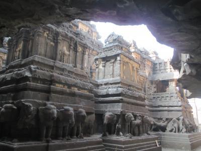 南西インドの旅 (3)                   エローラの遺跡を観る