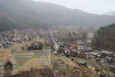こんなに安くていいの? 白川郷・飛騨高山バスツアー<1> 小雨にけむる冬枯れの「白川郷」