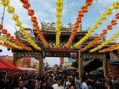 ひろ🐵たま🐗の冬の台湾、台中でチョ~住みしよるんよ~ いま鹿港の天后宮に来とるんよ~、これから初詣に行くけんね~!編