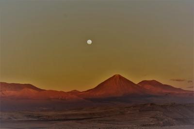 乾いた大地の奇跡を、14  赤茶けた「月の谷」を彷徨う