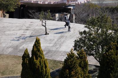 現代アートの荒川修作設計の公園で遊ぶ