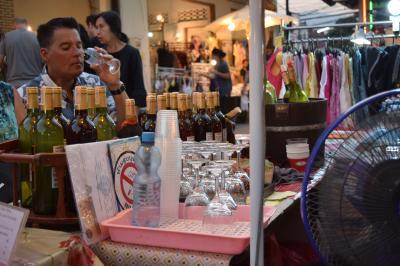 スローライフ チェンマイ~  サタディマーケット ② 屋台でワインを一杯