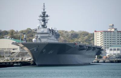 朝鮮半島緊迫情勢の中で、護衛艦と潜水艦が出港中の海上自衛隊横須賀基地