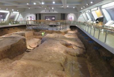 2017春、九州西北部の城巡り(32/35):3月31日(7):吉野ケ里遺跡(3/4):祠堂、北墳丘墓、発掘状況を保存した展示館