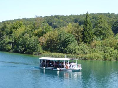 エメラルドグリーンの水面を滑る船~16年夏クロアチアなど4カ国周遊8月8日その2プリトビッツェ遊覧船