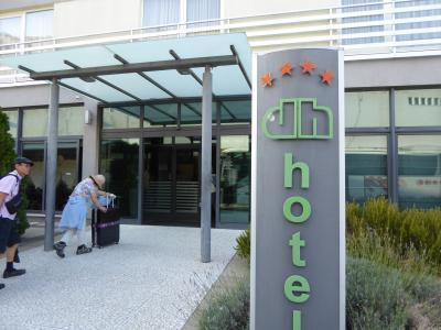 殺風景なホテル(-_-)だけど夕食は内輪話で一番の盛り上がり(^o^)~16年夏クロアチアなど4カ国周遊8月8日その5スプリット