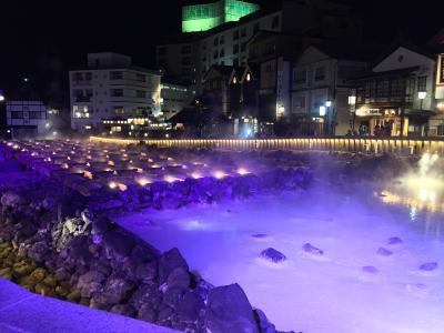 ライティングされた幻想的な湯畑を、そぞろ歩きして楽しむ草津温泉