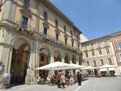 春の優雅なアブルッツォ州/モリーゼ州 古城と美しき村巡りの旅♪ Vol51(第3日) ☆Teramo:テラモの中心広場「Piazza Martini della Liberta」は美しい♪