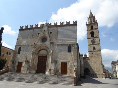 春の優雅なアブルッツォ州/モリーゼ州 古城と美しき村巡りの旅♪ Vol52(第3日) ☆Teramo:テラモ大聖堂「Cattedrale di Santa Maria Assunta」ファサードを眺めて♪