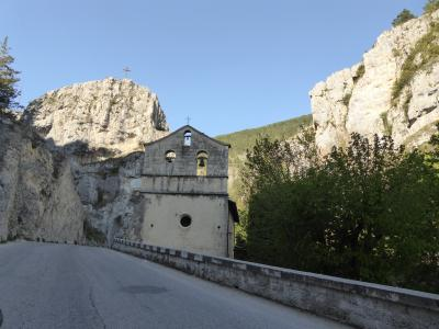 春の優雅なアブルッツォ州/モリーゼ州 古城と美しき村巡りの旅♪ Vol60(第3日) ☆Campo ImperatoreからCastel del Monteへ♪美しい風景や村を眺めて♪
