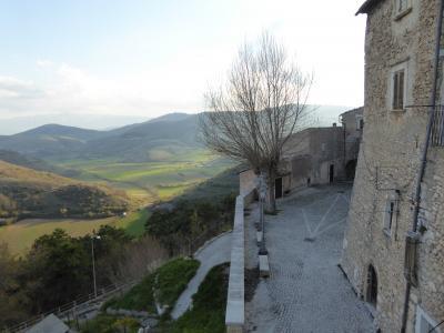 春の優雅なアブルッツォ州/モリーゼ州 古城と美しき村巡りの旅♪ Vol64(第3日) ☆Castel del Monte:美しき村「カステル・デル・モンテ」黄昏の旧市街♪ハッとするような風景を眺めて♪