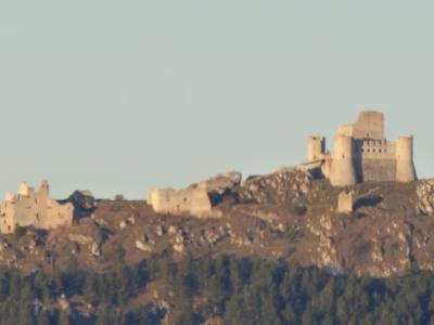 春の優雅なアブルッツォ州/モリーゼ州 古城と美しき村巡りの旅♪ Vol68(第4日) ☆Castel del Monte:素敵なホテル「La Locanda Della Streghe」スイートルームから朝の美しき古城「Rocca Calascio」♪