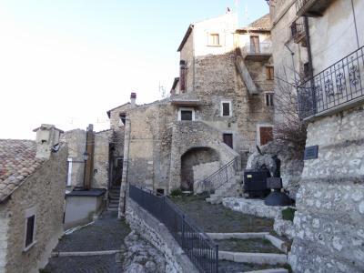 春の優雅なアブルッツォ州/モリーゼ州 古城と美しき村巡りの旅♪ Vol70(第4日) ☆Castel del Monte:美しき村「カステル・デル・モンテ」朝の旧市街♪驚きの「寅さん」に出会う♪