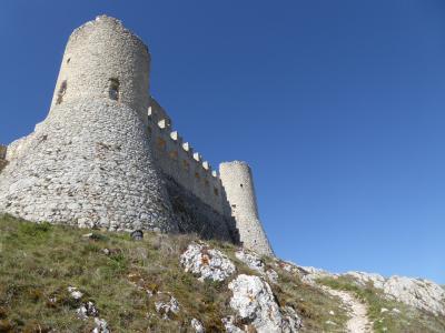春の優雅なアブルッツォ州/モリーゼ州 古城と美しき村巡りの旅♪ Vol77(第4日) ☆Calascio:美しきカラーショ城(ロッカ・カラーショ)へ♪廃墟の居住跡は美しい♪