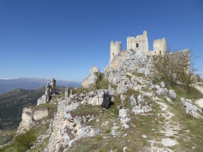 春の優雅なアブルッツォ州/モリーゼ州 古城と美しき村巡りの旅♪ Vol80(第4日) ☆Calascio:美しきカラーショ城(ロッカ・カラーショ)から村へ歩く♪