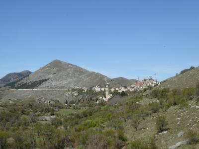 春の優雅なアブルッツォ州/モリーゼ州 古城と美しき村巡りの旅♪ Vol85(第4日) ☆CalascioからSanto Stefano di Sessanioへ:美しい高原風景とサント・ステファノ・ディ・セッサニオの素晴らしい遠景♪