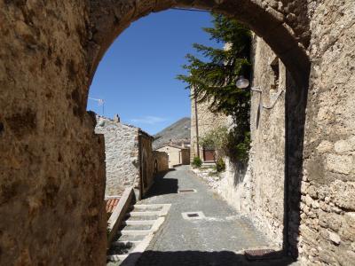 春の優雅なアブルッツォ州/モリーゼ州 古城と美しき村巡りの旅♪ Vol86(第4日) ☆Santo Stefano di Sessanio:美しき村「サント・ステファノ・ディ・セッサニオ」♪復興真っ最中の旧市街を優雅に歩く♪