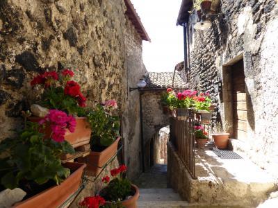 春の優雅なアブルッツォ州/モリーゼ州 古城と美しき村巡りの旅♪ Vol89(第4日) ☆Santo Stefano di Sessanio:美しき村「サント・ステファノ・ディ・セッサニオ」♪可愛いショップや趣のあるアーチを眺めて♪