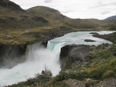 チリ 「行った所・見た所」 パイネ国立公園のサルトグランデを見てグレイ湖畔を歩く