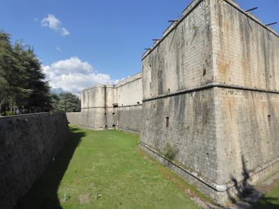 春の優雅なアブルッツォ州/モリーゼ州 古城と美しき村巡りの旅♪ Vol96(第4日) ☆L'Aquila:ラクイラの美しい古城「Forte Spagnolo」(ラクイラ城)とグラン・サッソ・ディタリア山脈を眺めて♪