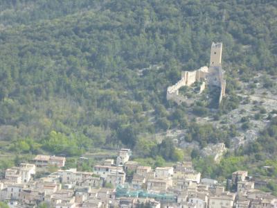 春の優雅なアブルッツォ州/モリーゼ州 古城と美しき村巡りの旅♪ Vol109(第5日) ☆L'Aquilaから数多の古城を眺めながらBominacoへ♪