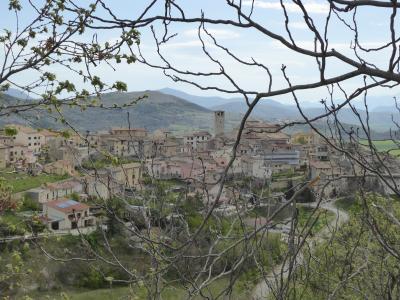 春の優雅なアブルッツォ州/モリーゼ州 古城と美しき村巡りの旅♪ Vol110(第5日) ☆Bominacoの手前にある美しい村「Caporciano」を眺めて♪