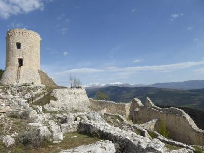 春の優雅なアブルッツォ州/モリーゼ州 古城と美しき村巡りの旅♪ Vol113(第5日) ☆Bominaco:廃墟化した美しい古城「ボミナコ城」♪周囲の素晴らしい風景♪