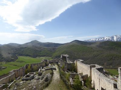 春の優雅なアブルッツォ州/モリーゼ州 古城と美しき村巡りの旅♪ Vol114(第5日) ☆Bominaco:廃墟化した美しい古城「ボミナコ城」♪塔から古城を見渡して♪