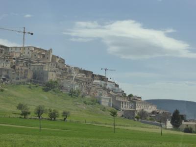 春の優雅なアブルッツォ州/モリーゼ州 古城と美しき村巡りの旅♪ Vol119(第5日) ☆BominacoからNavelliへ♪ 美しいナヴェッリの遠景を眺めて♪