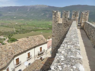 春の優雅なアブルッツォ州/モリーゼ州 古城と美しき村巡りの旅♪ Vol124(第5日) ☆Capestrano:美しき古城「カペストラーノ城」♪塔から旧市街を眺めて♪