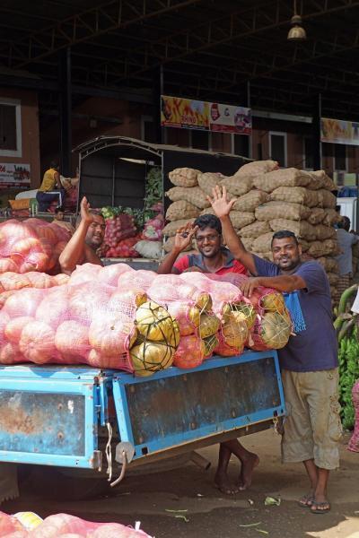 灼熱のスリランカ(7)カンダラマへ向かう途中にダンブッラの野菜卸売り市場に立ち寄り、岩山を登った頂のダンブッラ石窟寺院に魅了される。