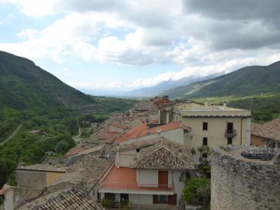 春の優雅なアブルッツォ州/モリーゼ州 古城と美しき村巡りの旅♪ Vol217(第8日) ☆Pettrano sul Gizio:ペットラーノ・スル・ジツィーオ城「Castello Cantelmo」パノラマを眺めて♪
