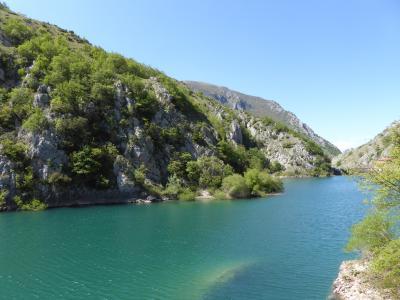 春の優雅なアブルッツォ州/モリーゼ州 古城と美しき村巡りの旅♪ Vol246(第9日) ☆Lago San Domenico:青い湖「サン・ドメニコ湖」を眺めて♪